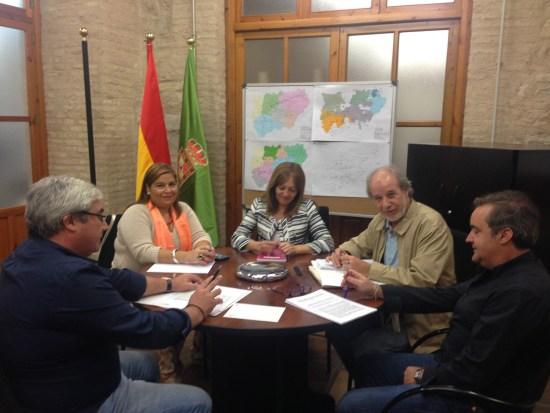 Bartolomé Cruz, a la izquierda, junto a representantes de Facua y Tres Morillas y técnicos de Diputación.