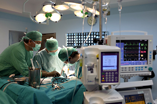 Equipo médico durante un trasplante. Foto: Junta de Andalucía.