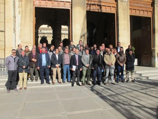 Foto de familia con los ayuntamientos que se han sumado a la Red de Municipios por los Olivares Vivos.
