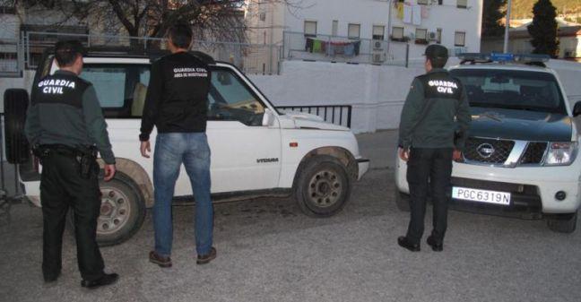 Varios guardias civiles frente a uno de los coches robados por el vecino de Martos.  Foto: Guardia Civil