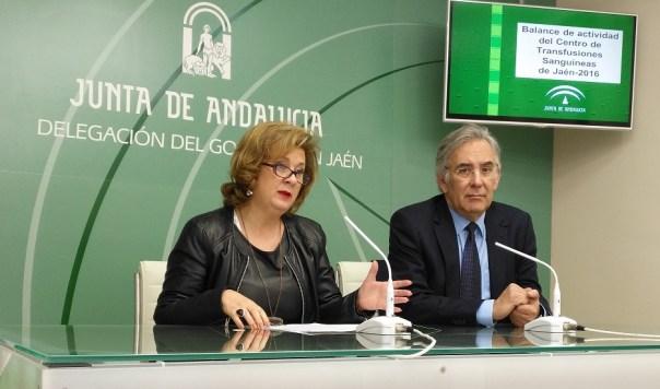 La delegada territorial de Igualdad, Salud y Políticas Sociales, Teresa Vega, junto al director del Centro de Transfusión Sanguínea de Jaén (CTSJ), Antonio Carrero.