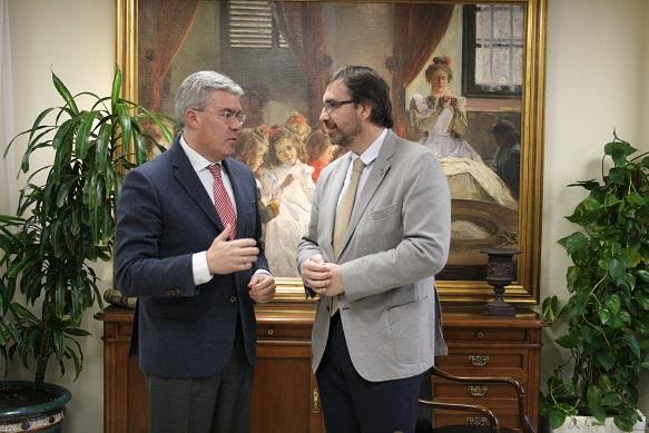 El secretario de Estado de Hacienda, José Enrique Fernández de Moya, y el rector de la Universidad de Jaén, Juan Gómez.