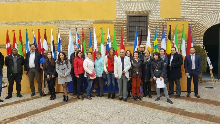 La concejala de Promoción Local, Encarna Camacho, junto a los asistentes a este encuentro.