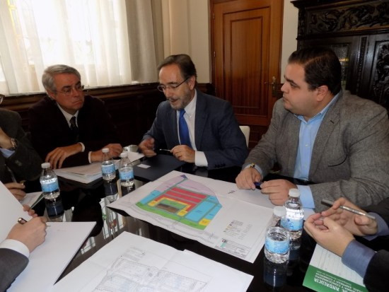 El consejero Felipe López, en una reunión mantenida con el alcalde de Martos, Víctor Manuel Torres.