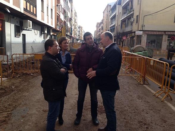 Miembros del equipo de gobierno de Andújar visitan estas obras de la calle Emperador Trajano.