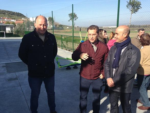 El alcalde de Andújar, Paco Huertas, junto con el delegado de alcaldía en Vegas de Triana, Antonio Márquez, y el concejal de Infraestructuras Urbanas, Luis Salas.