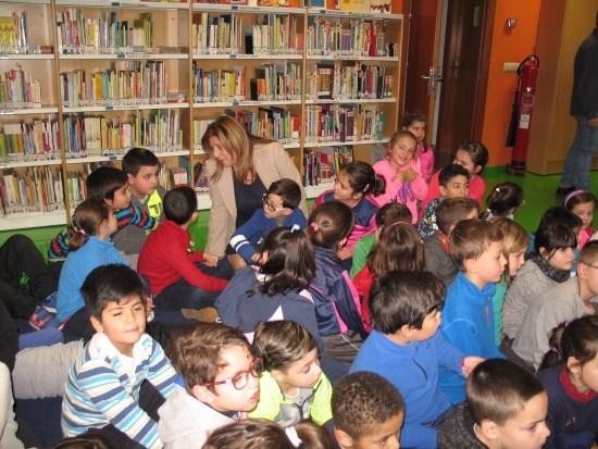 La delegada territorial de Cultura, Turismo y Deporte, Pilar Salazar, visita la Biblioteca Provincial de Jaén.