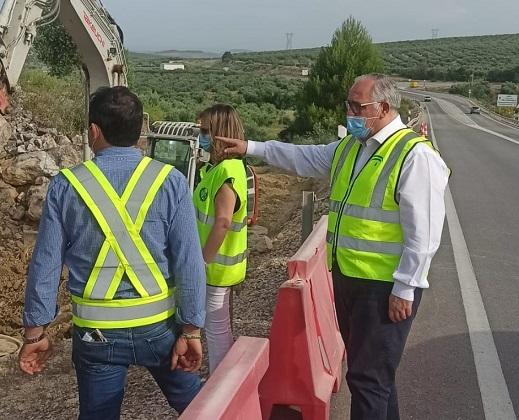 Fomento mejora los sistemas de drenaje de la A-306 en puntos de Porcuna y Torredonjimeno.