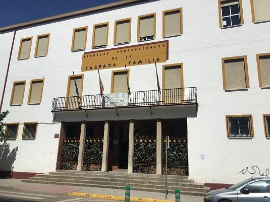 El Ayuntamiento de Andújar realiza labores de limpieza y desinfección en todos los centros educativos del municipio y se ha hecho entrega de viseras de protección.