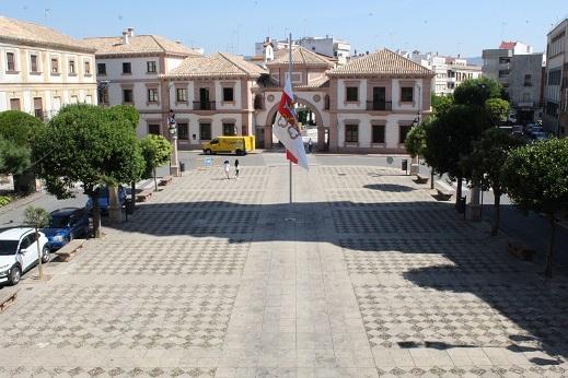 La bandera de Andújar ondea a media asta en la Plaza de España con motivo del Día de la ciudad.