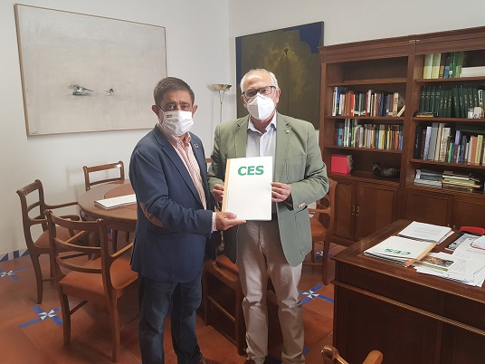 Reyes recibe el dictamen elaborado por el CES Provincial sobre los efectos de la Covid-19 en la provincia de Jaén.