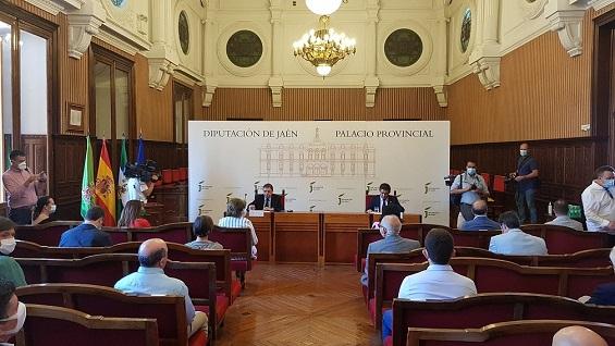Luis Planas expone en el Consejo Provincial del Aceite de Oliva las medidas para revertir la crisis de precios.
