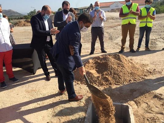 El presidente de la Diputación participa en la colocación de la primera piedra de la empresa Plastbed.