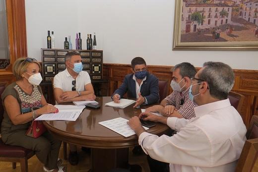 Reyes conoce de primera mano las demandas de los directores de centros educativos de cara al nuevo curso escolar.
