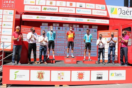 El presidente de la Diputación entrega los maillots a los campeones de España de Ciclismo contrarreloj.