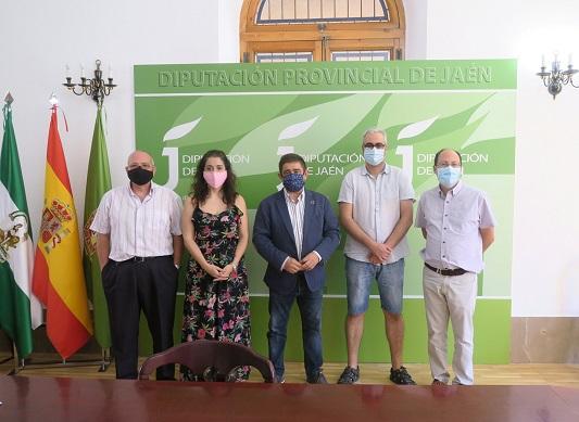 Reyes pide a la Junta una ayuda específica para que los ayuntamientos lleven a cabo la desinfección de colegios.