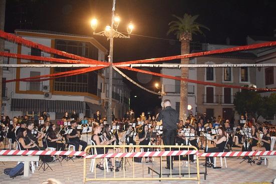 La Plaza de la Constitución de Lopera acogió un magnífico concierto de la Banda de Música «Pedro Morales».