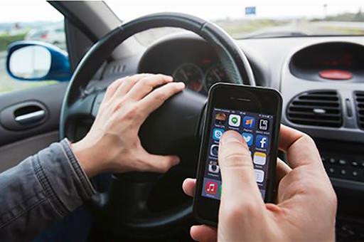 Una de cada dos denuncias por distracción en la conducción fue por el uso del móvil.