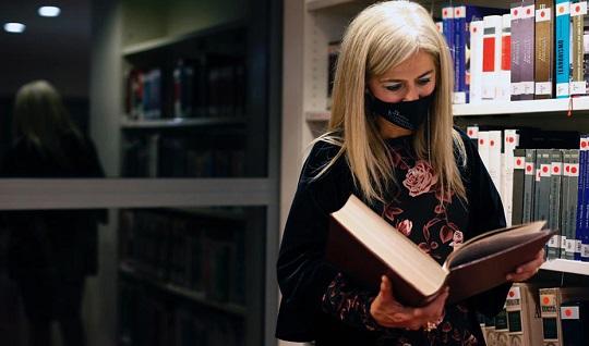 Más de 130 bibliotecas municipales reciben ayudas de la Consejería de Cultura para comprar libros.