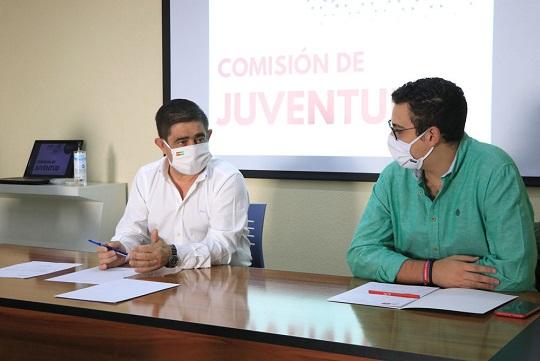 Reyes llama a los jóvenes a defender la sanidad pública frente a los ataques de la Junta.
