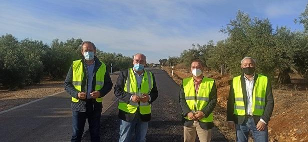 Fomento repara el firme en dos tramos de la carretera al Santuario de Andújar.