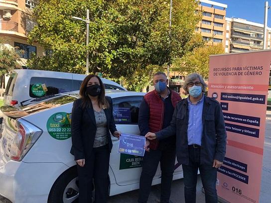 La subdelegada agradece a los taxistas de Jaén que acerquen a la ciudadanía los mensajes contra la violencia.