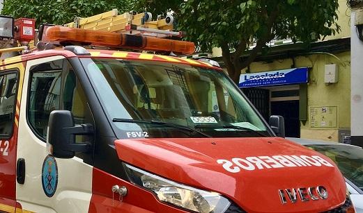 Evacuadas al hospital dos personas por inhalación de humo en el incendio de un chalet en Córdoba.