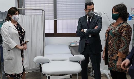 Juanma Moreno inaugura el Centro de Salud de Jimena, una reclamación de los vecinos desde hace más de diez años.