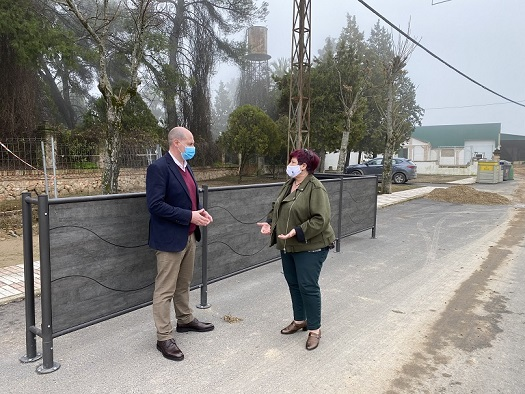 El diputado de Servicios Municipales visita en Espeluy las instalaciones de mimetización de contenedores.