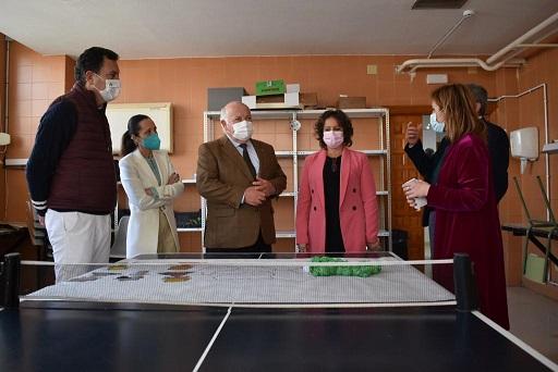El consejero de Salud, Jesús Aguirre, visita el Centro de Drogodependencias de Lopera.