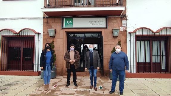 El delegado de Educación, Antonio Sutil, visita la residencia escolar La Granja, en Marmolejo.