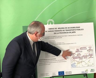 La Consejería de Fomento interviene en diez paradas de autobús de nueve municipios para mejorar la accesibilidad.