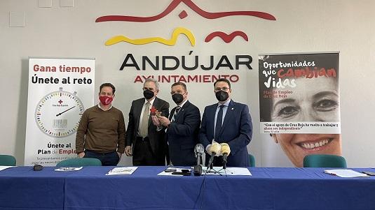 Cruz Roja entrega al Ayuntamiento de Andújar un reconocimiento por su colaboración en los proyectos de empleo y formación.
