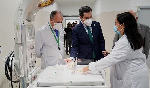 Moreno señala que el 88% de la plantilla de sanitarios en Andalucía ya está inmunizada tras recibir las dos dosis de la vacuna.