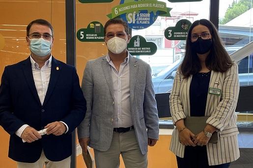 """El alcalde de Andújar visita la empresa Mercadona para conocer de """"primera mano"""" las medidas que están adoptando en materia de sostenibilidad."""