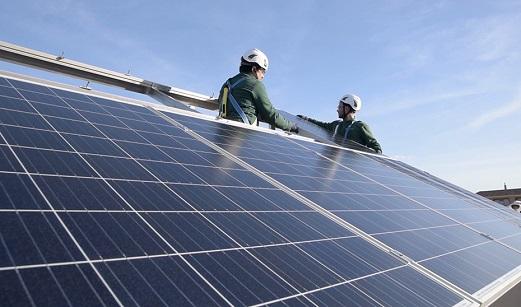 Herido grave un trabajador al sufrir una caída cuando instalaba unas placas solares en Martos.