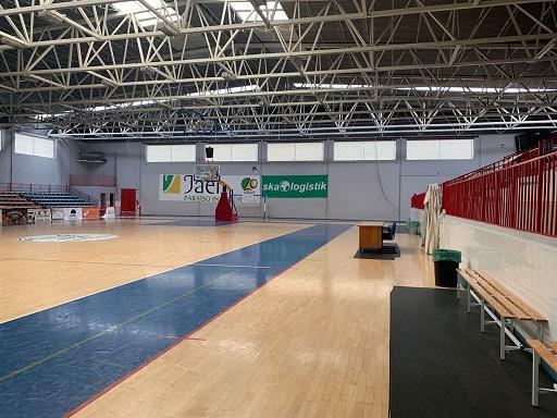 El Ayuntamiento de Andújar continúa trabajando en la sustitución del parquet del Pabellón del Polideportivo Municipal.