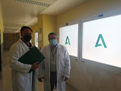 El Hospital Alto Guadalquivir instala vinilos para proteger la intimidad de los pacientes.