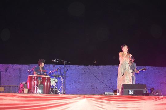 El Castillo de Lopera acogió un concierto de la cantante madrileña Sandra Bernardo.