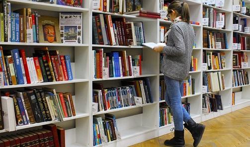 Las ayudas de la Junta de Andalucía a la compra de libros benefician a 260 bibliotecas municipales.