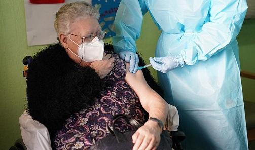 Salud y Familias comenzará el próximo martes a administrar la tercera dosis de la vacuna contra COVID-19 en residencias de mayores.