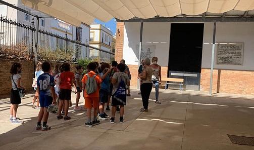 Andalucía inicia el curso escolar con 45.000 alumnos menos y la mayor plantilla docente en sus centros públicos.