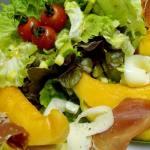Salade fraîcheur, tomates, melon, jambon cru,c'est l'été au Camping l'Art de Vivre