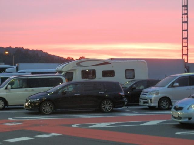 キャンピングカーで家族旅行 高速道路のパーキングで車中泊 キャンピングカーレンタルで行こう