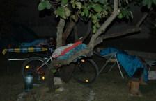 Die Mädels schlafen auf Campingliegen im Freien