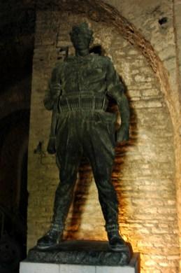 Kriegerstatue in den Gängen der Burg