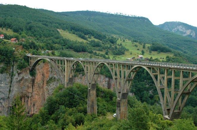 Die Tara-Brücke, Höhe 171 Meter