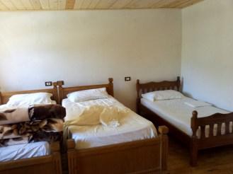 Im diesem Gästezimmer Bujtina Berishta hat sich ein Huhn versteckt ..