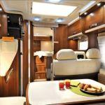 Nevis 873 har et 150 L kjøleskap som står rett innenfor døren. Det har separat fryseboks med vitrine og TV skap over