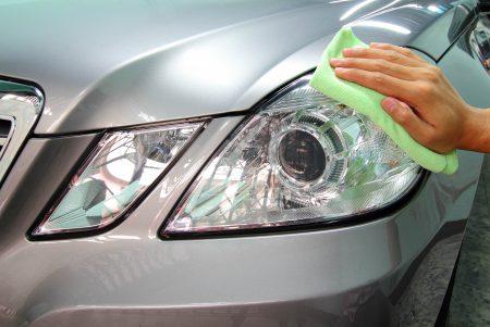 VÅRPUSS: Mange bileiere gjør fortsatt en egeninnsats med pussefilla, og bidrar til sesongtopp for salget av bilpleiemidler. (Foto: Colourbox)
